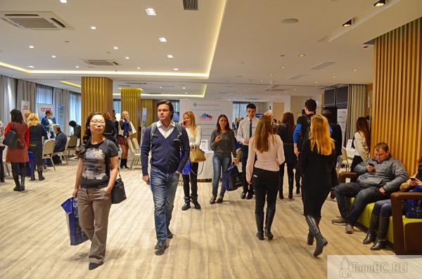 Залы Palmira Business Club постепенно наполняются новыми посетителями выставки