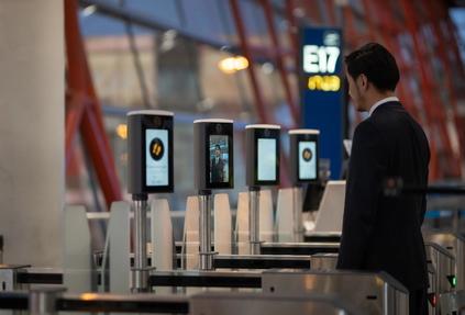 В аэропортах по всему миру внедрят технологии безопасной бесконтактной идентификации
